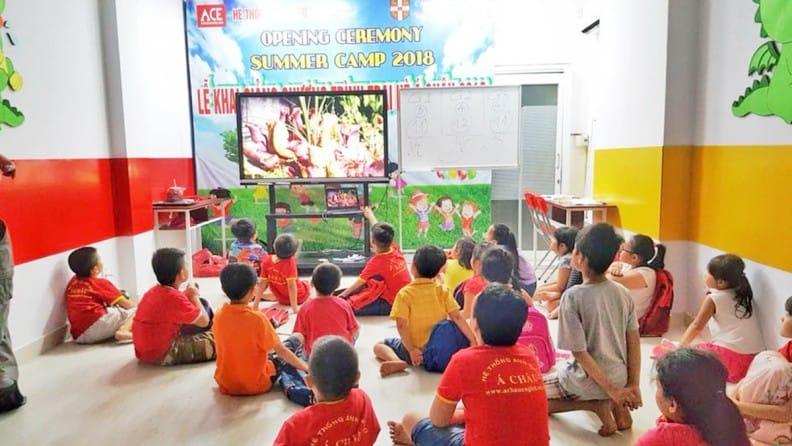 Các phòng học của trung tâm được trang bị hiện đại với đầy đủ thiết bị giảng dạy như: Máy chiếu, tivi, đầu máy DVD, cassette và nhiều dụng cụ trợ giảng thiết yếu khác.