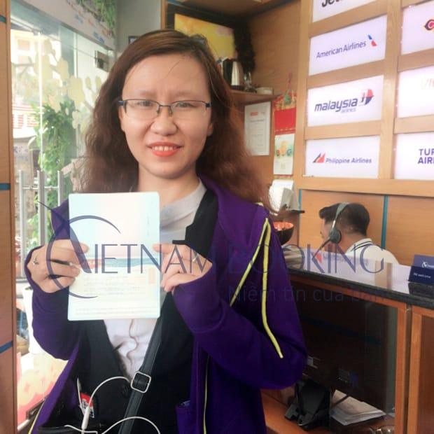 Khách hàng của Vietnam Booking vui vẻ nhận visa tại văn phòng